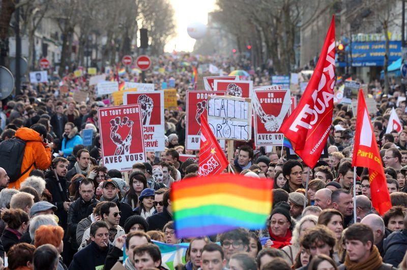 Des milliers de partisans du mariage homosexuel - 125.000 selon la police, 400.000 selon les organisateurs - manifestaient ce dimanche à Paris, espérant faire contrepoids au défilé massif des opposants le 13 janvier. Ils sont partis peu après 14 heures de la place Denfert-Rochereau (XIVe arrondissement).