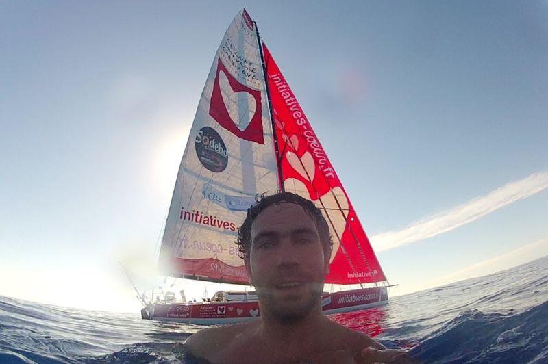 Tanguy De Lamotte (Initiative Coeur) profite d'une accalmie pour se baigner au large du Brésil.
