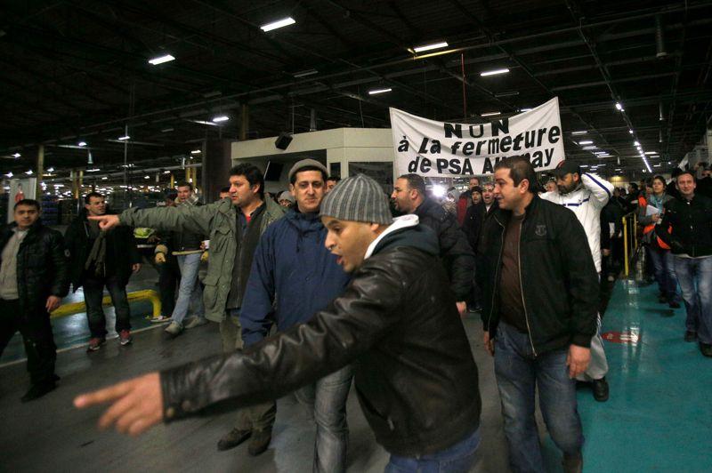 Au moment de la reprise du travail, les grévistes - en habits de ville - se sont rassemblés dans l'atelier montage derrière une banderole clamant «Non à la fermeture de PSA Aulnay.
