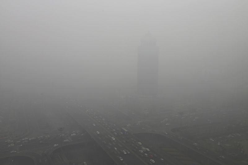 Etouffant. Pékin suffoque. Un épais brouillard de particules nocives recouvre la capitale chinoise et sa région depuis trois jours. À tel point que les autorités ont conseillé ce mercredi à des millions d'habitants de rester si possible à leur domicile, face à la forte pollution atmosphérique persistante contre laquelle des mesures ont été annoncées. L'indice de pollution à dépassé les 500, soit un chiffre trois fois plus élevé que le seuil critique définit par L'Organisation mondiale de la santé.