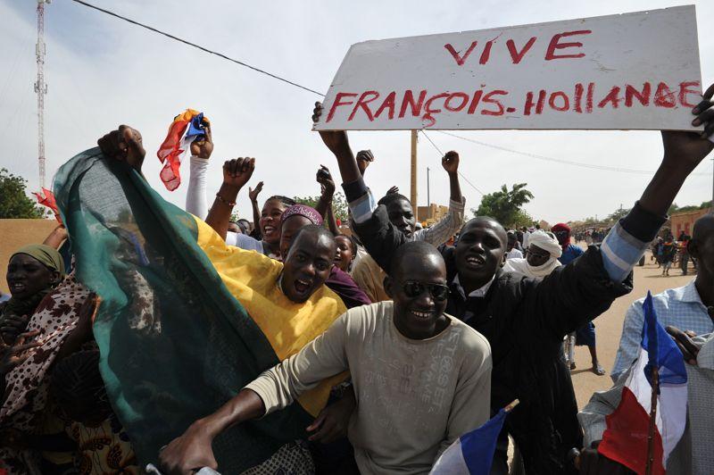 Liesse. Les habitants d'Ansongo au Mali n'ont pas caché leur joie. Mardi, des troupes nigériennes et maliennes sont entrées dans cette ville située à 80 km au sud de Gao, après dix mois d'occupation par les groupes armés islamistes. Au milieu des coups de klaxons, des jeunes brandissaient des pancartes célébrant le Niger et le Mali, mais aussi la France, qui a lancé le 11 janvier l'opération contre les islamistes du nord malien. Mercredi matin, l'armée française a continué son avancée en prenant position sur l'aéroport de Kidal, troisième grande ville du pays, après la reprise de Gao et Tombouctou.