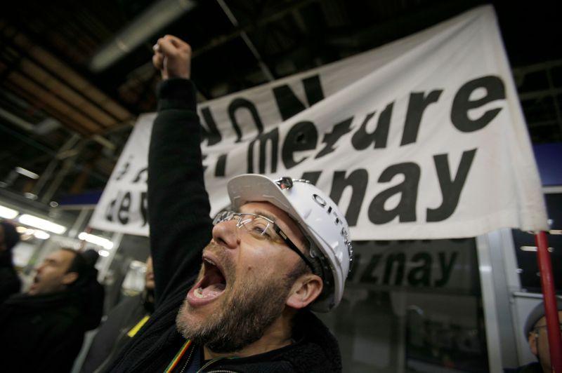 Les grévistes ont fait le tour de l'atelier pour convaincre les non grévistes de rejoindre le mouvement, tandis que des clameurs et des battements de tambours résonnaient.