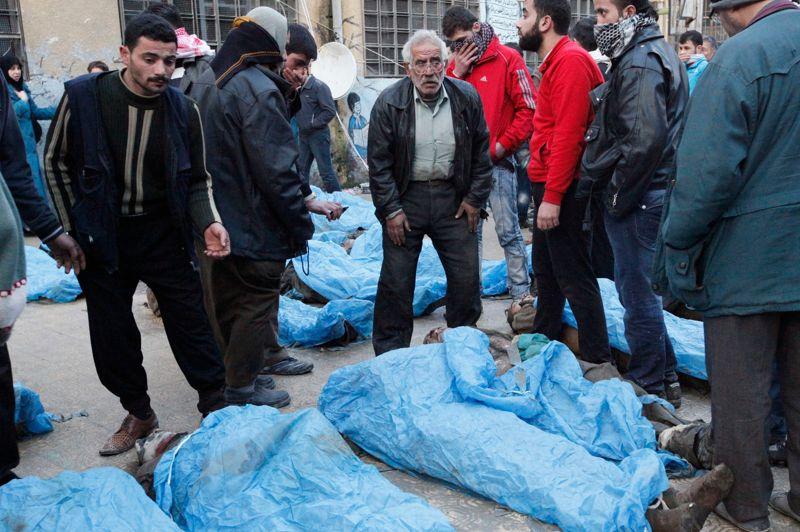 Charnier. C'est un nouveau carnage qui a été découvert à Alep. Ce mardi, les corps d'au moins 80 personnes tuées d'une balle dans la tête ont été retrouvés à Boustane al-Kasr, un quartier tenu par les rebelles de la cité syrienne. Il s'agit pour la plupart de jeunes âgés d'une vingtaine d'année et des adolescents. Cette découverte intervient le jour où M. Brahimi, l'émissaire de l'ONU et de la Ligue arabe en Syrie, doit rendre compte au Conseil de sécurité de ses efforts, qui n'ont pas réussi jusque-là à mettre fin au conflit. Celui-ci a fait 60.000 morts depuis 22 mois.