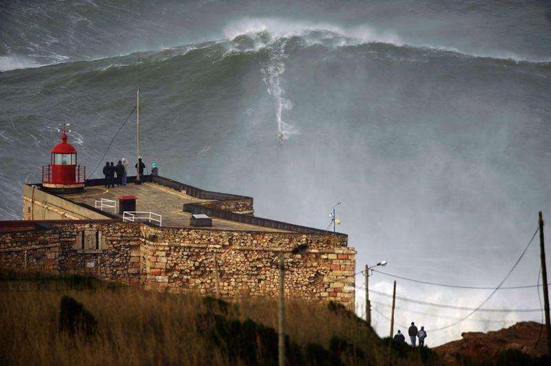 Nouveau record. L'objectif de Garrett McNamara: «rider» la plus grande vague du monde. Cela semble aujourd'hui chose faite. Lundi, ce surfeur hawaïen de 45 ans a dominé une montagne d'eau que l'on soupçonne de dépasser les 91 pieds, soit un peu plus de 28 mètres, sur le spot de Nazaré au Portugal. La taille précise du mastodonte, qu'il a attaqué tracté par un scooter des mers, est en cours de validation. En novembre 2011, il avait dévalé sur sa planche de surf une vague de presque 24 mètres reconnue par le Livre Guinness des records comme «la plus grande jamais surfée».