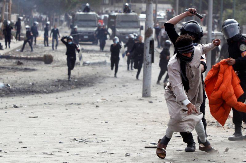 L'escalade. Les violences continuent en Egypte. Ce lundi, une personne a été tuée dans des affrontements entre policiers et manifestants près de la place Tahrir au Caire. Ces nouvelles violences surviennent après l'entrée en vigueur de l'état d'urgence dans trois provinces du pays secouées par des affrontements meurtriers et des émeutes qui ont fait 46 morts depuis vendredi. Les heurts les plus meurtriers ont éclaté après la condamnation à mort de 21 prévenus, jugés pour le drame survenu en février 2012 dans le stade de football de la ville, où 74 personnes avaient trouvé la mort. Les troubles avaient débuté dès jeudi soir à l'occasion du 2e anniversaire du début du soulèvement ayant conduit à la chute du régime de Hosni Moubarak.