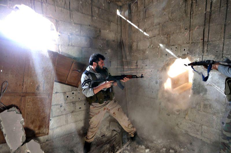 Au pied du mur. Au milieu des ruines, en équilibre sur les dernières tiges d'acier et les tuyaux tordus qui soutiennent encore le plancher de béton de cet immeuble bombardé de Mleha, dans la banlieue de Damas, ces deux combattants de la brigade Tahrir al-Sham de l'Armée syrienne libre vident leurs chargeurs à l'aveugle sur les soldats de l'armée régulière qui les assiègent. En Syrie, la guerre civile continue et apporte chaque jour son lot de morts et d'atrocités. Selon l'ONU, plus de 60.000 personnes ont déjà perdu la vie dans ce pays à la dérive, où aucune solution ne semble en vue. Le nombre des réfugiés syriens enregistrés dans les pays voisins dépasse désormais les 700.000, selon le Haut-Commissariat des Nations unies pour les réfugiés (HCR).