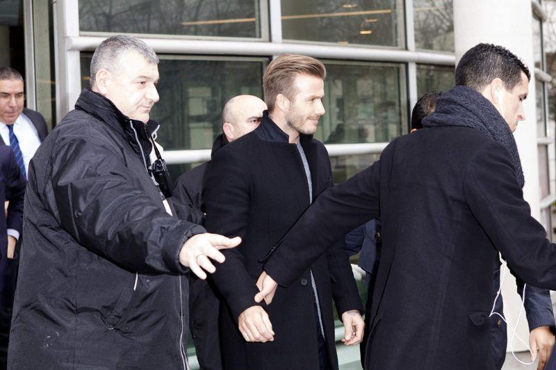 Transfert. La grande star du foot anglais, David Beckham, est arrivée jeudi à Paris où il devait s'engager dans la soirée pour un dernier défi au PSG, leader de la Ligue 1, avant de mettre un terme à 37 ans à sa carrière. En début d'après-midi, le «Spice Boy» est arrivé à l'hôpital de la Pitié-Salpêtrière de la capitale pour y effectuer l'examen médical de rigueur avant de s'engager officiellement avec le club. Cet établissement médical de renom est le point de passage obligé pour toutes les nouvelles recrues parisiennes. Le joueur est ressorti souriant et détendu de l'établissement hospitalier et sous les applaudissements du personnel et de quelques supporteurs.