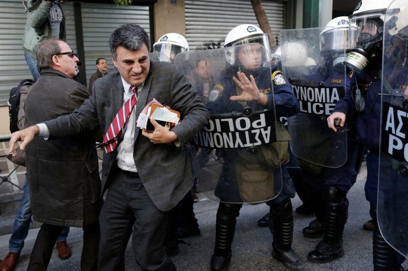 """Trop c'est trop. Des heurts violents ont eu lieu à Athènes ce mercredi. Des Grecs hostiles à la politique d'austérité de leur gouvernement ont occupé pendant environ deux heures les bureaux du ministre du Travail avant d'en être violemment éjectés par la police. À l'origine de leur colère, des révélations sur des faits de corruption et de clientélisme au sein du système de sécurité sociale grecque, connu pour ses """"exceptions et ses cas particuliers""""."""