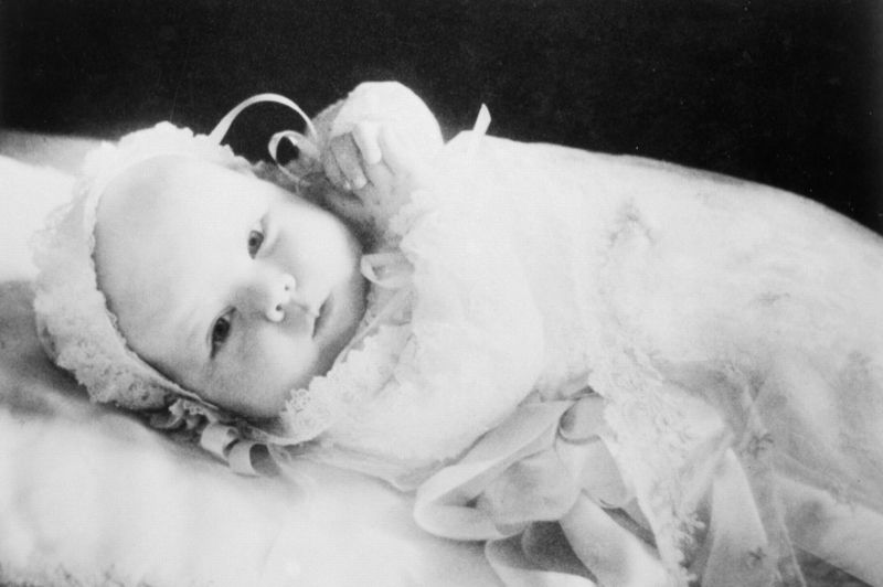 Aînée des quatre filles de la princesse Juliana et de Bernhard de Lippe-Biesterfeld, Beatrix Wilhelmina Armgard van Oranje-Nassau est née le 31 janvier 1938 à Soestdijk, au Pays-Bas.