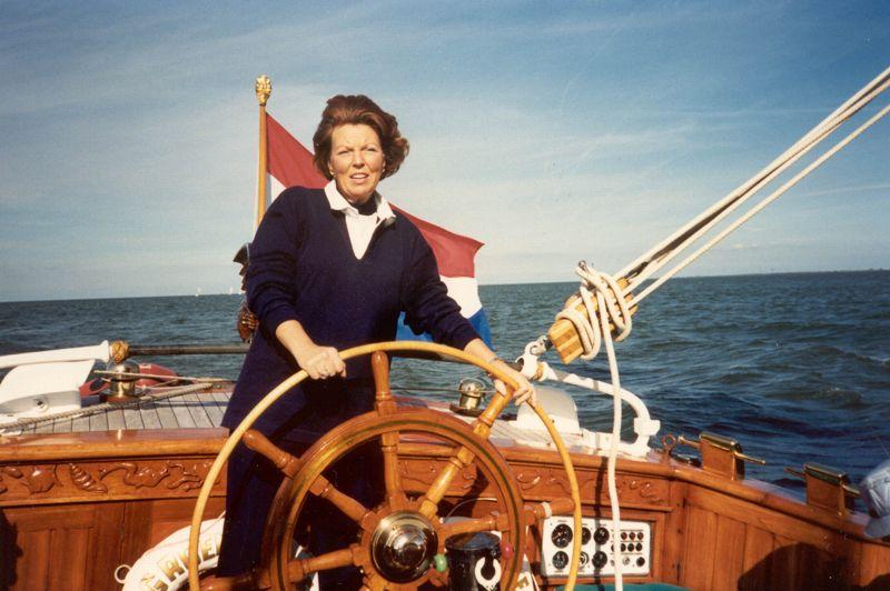 Lorsque Juliana accède au trône en 1948, Beatrix devient princesse héritière. De 1956 à 1961, elle effectue des études de sciences sociales, de droit et d'histoire à l'université de Leyde. Le voilier De Groene Draeck (le Dragon vert) lui fut offert pour ses 18 ans par ses compatriotes en 1956.