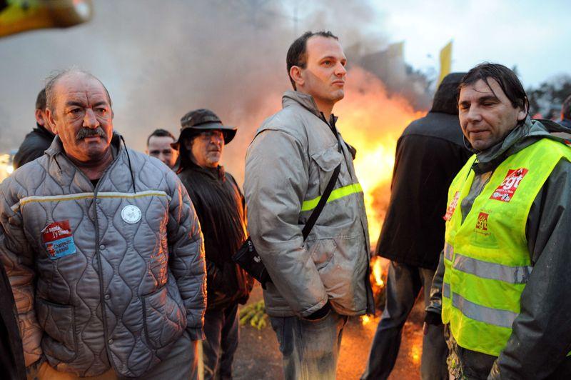 Les employés de l'usine Renault du Mans ont aussi participé aux mouvements sociaux en allumant un brasero devant l'usine.