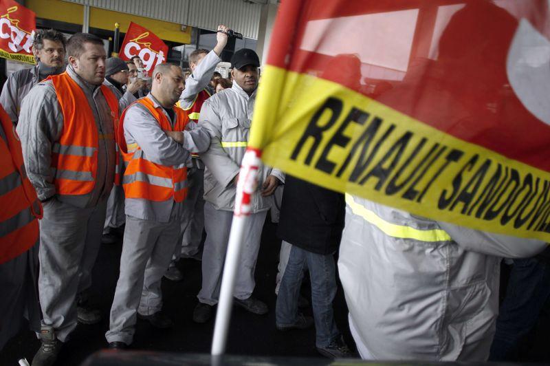 Les débrayages ont eu lieu pour la troisième fois sur plusieurs sites de production Renault (ici Sandouville)depuis l'annonce par la direction d'un plan de restructuration, qui doit être négocié avec les syndicats en vue d'un accord de compétitivité prévu pour la mi-février par la direction.