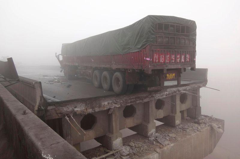Le tablier de ce pont s'est en partie effondré sous le souffle de l'explosion qui s'est produite en début de matinée.