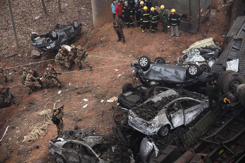 Une demi-douzaine de voitures et plusieurs camions ont chuté du pont autoroutier, de plusieurs dizaines de mètres de haut.