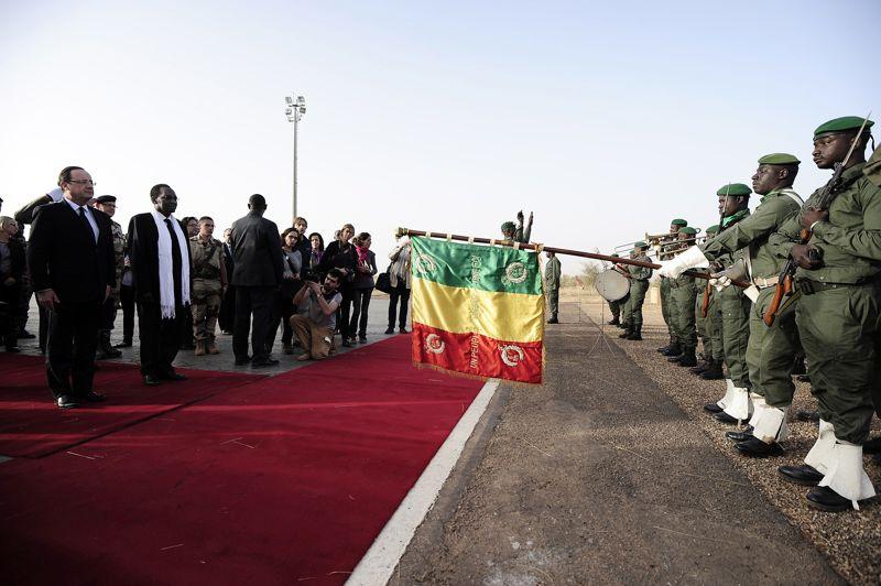 Le président français François Hollande a atterri au Mali à Sévaré, au centre du pays. Il a été accueillipar le président malien par intérim Dioncounda Traoré