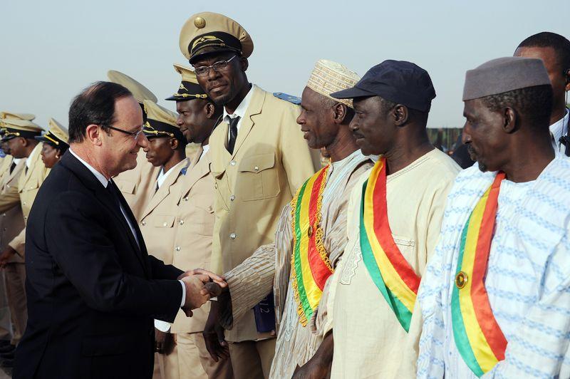 Le président français a salué des dignitaires de la région.