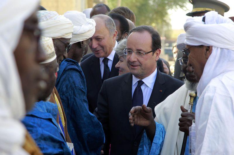Le chef de l'Etat (ici à son arrivée à Tombouctou) est accompagné de trois ministres, Laurent Fabius (Affaires étrangères, en arrière-plan), Jean-Yves Le Drian (Défense) et Pascal Canfin (Développement). À Tombouctou, François Hollande a rencontré les forces françaises et maliennes.