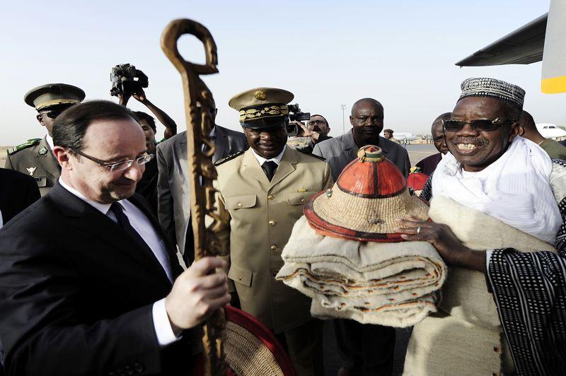 Après avoir écouté de jeunes choristes, le chef de l'Etat s'est vu offrir plusieurs cadeaux, dont un jeune chameau bruyant comme cadeau de bienvenue. «Je m'en servirai autant que possible comme moyen de transport», a-t-il promis avec humour. Puis François Hollande et son homologue malien ont pris le chemin de Tombouctou, ville récemment reprise aux islamistes.