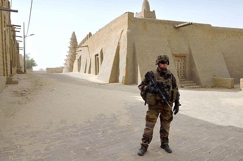 Tombouctou, à 900 km au nord-est de Bamako, a été placée sous très haute surveillance: des militaires français ont été placés en position tous les 100 mètres, des blindés patrouillaient dans les rues, ainsi que des pick-up remplis de soldats maliens.