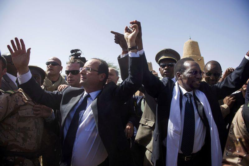 Dans une ville pavoisée de drapeaux français et maliens, François Hollande et le président malien par intérim Dioncounda Traoré se sont pris la main et l'ont levée au ciel en signe de victoire, sous les acclamations.Le chef de l'Etat a assuré que l'action de la France au Mali n'était «pas terminée», mais que les pays africains allaient bientôt «prendre le relais». «Il n'y a pas de partie du Mali qui doit échapper au contrôle de l'autorité légitime», a souligné le président français. De son côté, Dioncounda Traoré a remercié les soldats français pour leur «efficacité» et leur «professionnalisme».