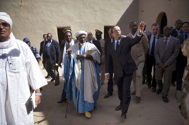 Accompagné de Dioncounda Traoré, François Hollande a visité la mosquée Djingareyber, principal lieu de culte de la ville, où il s'est entretenu avec l'imam, puis un centre de conservation de précieux manuscrits anciens, dont certains ont été incendiés par les islamistes.