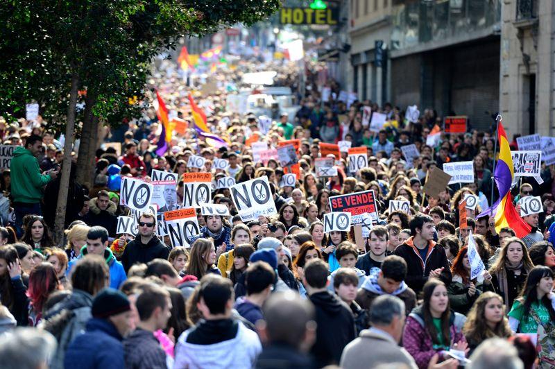 Dans les rues. Plusieurs milliers d'étudiants ont manifesté mercredi à Madrid contre les coupes budgétaires dans l'éducation, menées par le gouvernement de droite, qui portent atteinte selon eux à un système déjà parmi les moins biens notés de l'Union européenne. Le gouvernement de Mariano Rajoy avait annoncé au printemps 2012 son intention d'économiser trois milliards d'euros par an dans le secteur de l'éducation, dans le cadre de sa politique de rigueur visant à redresser les comptes publics de l'Espagne. Une nouvelle manifestation était prévue ce jeudi dans la capitale, où les étudiants, en grève pour trois jours, étaient cette fois accompagnés par les enseignants.