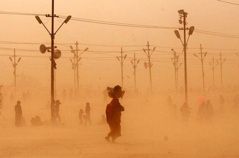 Parmi les poussières. Pendant le Kumbh Mela, les millions de pèlerins qui foulent la terre d'Allahabad laissent derrière eux d'immenses nuages de poussière. Ce gigantesque pèlerinage rassemble des hindous venus du monde entier pour se baigner dans les eaux sacrées de la confluence entre le Gange, le Yamuna et le Saraswat.