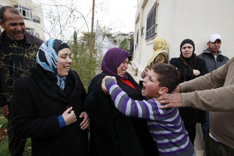 Délogés. Dans la ville de Beit Hanina, un jeune palestinien pleure pendant que des bulldozers de la municipalité de Jérusalem détruisent sa maison. Cet acte fait suite à une décision de la cour Israélienne qui a ordonné la démolition de cette habitation construite sans l'obtention d'un permis.