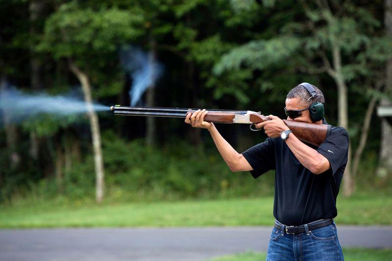Le ball-trap de Barack.En plein débat sur la réglementation des armes à feu, Barack Obama a sorti l'artillerie lourde. Sur cette photo diffusée cette semaine par la Maison-Blanche, mais prise le 4 août dernier à Camp David, la résidence de campagne des présidents américains, Obama veut prouver aux conservateurs qu'il est lui aussi un Américain libre de porter un fusil et de l'utiliser... Mais dans le cadre strict d'un loisir de plein air. Amateur de tir aux pigeons d'argile, il espère ainsi clouer le bec à ses plus farouches adversaires. Plus de sept semaines après le massacre de Newtown (Connecticut), qui a notamment coûté la vie à 20 écoliers le 14 décembre, le Président fraîchement réélu a fait du contrôle des armes à feu une priorité absolue.