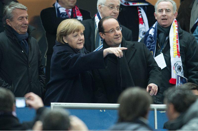 Supporters. Ils sont tous deux passionnés de football. Alors, Angela Merkel et François Hollande étaient mercredi soir dans les tribunes du Stade de France pour le match amical France-Allemagne qui s'est soldé par la défaite de l'équipe tricolore (1-2). Avant la rencontre, le chef de l'Etat français et la chancelière allemande, s'étaient retrouvés dans un salon du Stade pendant une demi-heure pour évoquer les dossiers européens. Après leur entretien, les deux dirigeants se sont installés côte à côte dans les tribunes pour assister au match organisé dans le cadre des 50 ans de la réconciliation franco-allemande célébrée avec faste à Berlin il y a deux semaines en présence des gouvernements et des Parlements des deux pays.