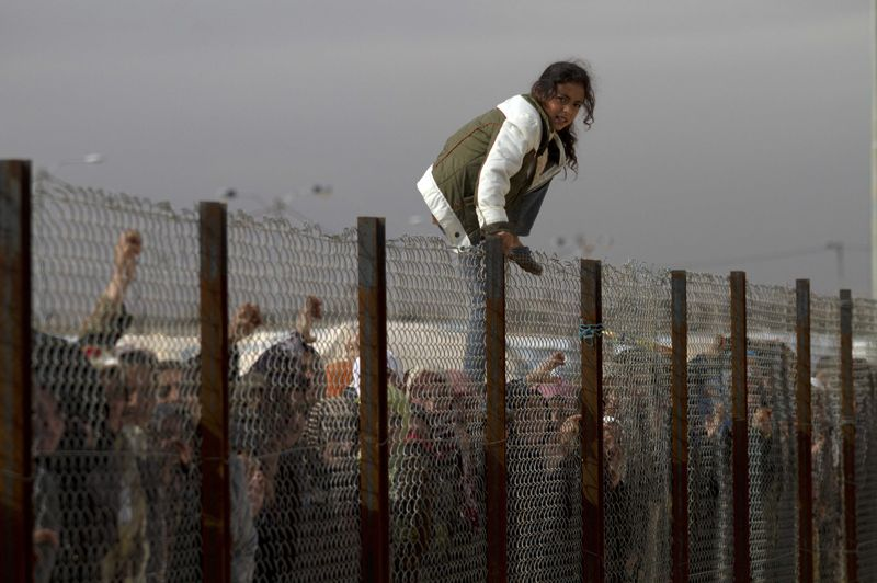 Saut. Cette jeune fille n'en pouvait plus d'attendre. Alors, elle a décidé de s'offrir un moment de liberté en passant au-dessus de la clôture pour recevoir des vivres au camp de réfugiés syriens Za'atri en Jordanie, à une douzaine de kilomètres de la frontière. Les autres attendront patiemment le long du grillage la distribution. Ce pays a été le théâtre d'un afflux sans précédent de personnes qui ont tout quitté de Syrie, avec plus de 30 000 arrivés depuis le début de l'année.