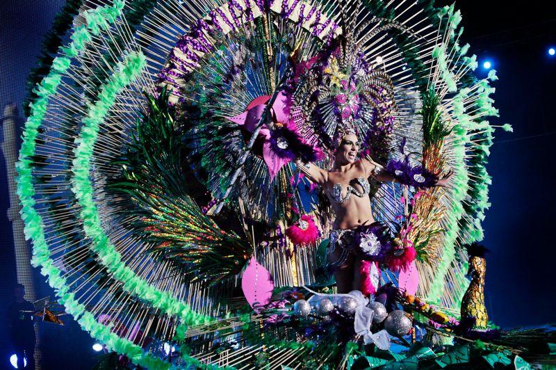 C'est parti! Le carnaval de Ténérife, l'un des plus réputés avec ceux de Rio de Janeiro et de Venise, a débuté hier jusqu'au 17 février. Il a principalement lieu à Santa Cruz, sur la Plaza de España. Durant plusieurs jours, l'éventail de couleurs des déguisements, des danses, des animations musicales et la joie des habitants envahissent les rues de la ville. Cette année, le thème des festivités est «Le Monde de Bollywood et l'Inde». Et comme dans tout carnaval qui se respecte, il a sa reine!