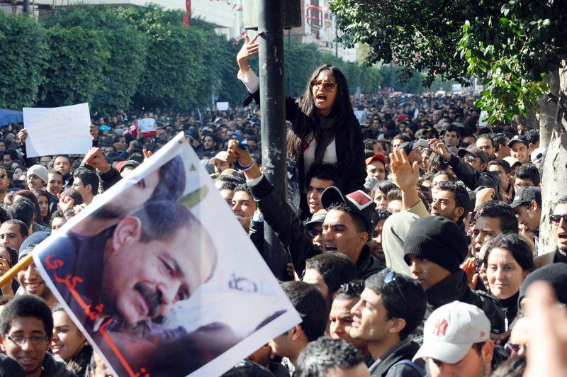L'appel. Depuis l'assassinat de Chokri Belaïd, tué par balle, mercredi à Tunis, la Tunisie est plongée dans un bain de violence. La mort du chef de l'opposition a provoqué de nombreuses manifestations dans le pays contre le pouvoir islamiste. Dès hier soir, le premier ministre Hamadi Jebali s'est adressé à la nation pour annoncer qu'il formera un «gouvernement de compétences nationales sans appartenance politique». L'opposition a, elle, appelé à une grève générale aujourd'hui, pour les obsèques du défunt, et suspendu sa participation à l'Assemblée constituante.
