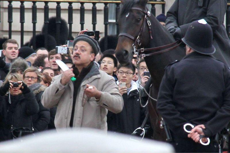 Menace. La police britannique est efficace. Un homme d'une cinquantaine d'années qui avait menacé dimanche midi de se trancher la gorge devant le palais de Buckingham à Londres, a été très rapidement neutralisé par un policier armé d'un Taser et arrêté. Alors que la foule, paniquée, avait commencé à crier, un policier est parvenu à se glisser derrière l'individu et a tiré sur lui avec une arme à impulsion électrique. Touché, l'homme s'est rapidement effondré.