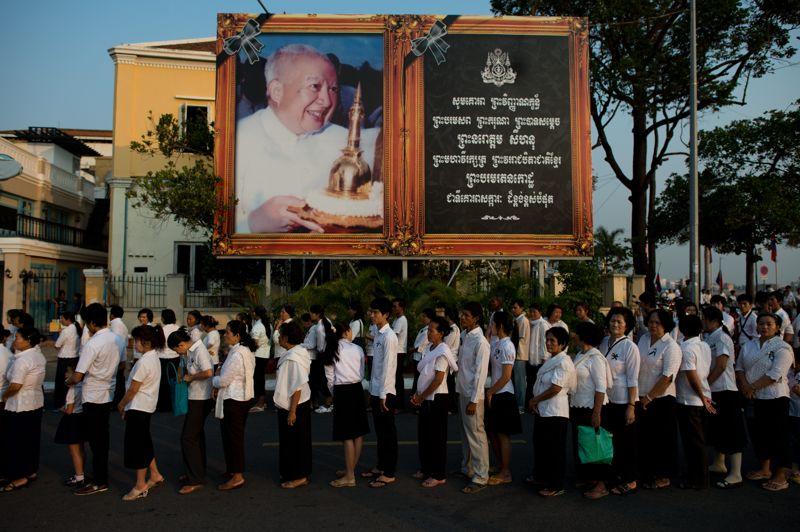 Dernier adieu. Depuis le début des funérailles vendredi matin, des milliers de Cambodgiens se sont pressés depuis l'aube, vêtus de blanc et de noir, devant le crématorium pour saluer Norodom Sihanouk. L'ancien roi du Cambodge, décédé le 15 octobre 2012, devait être incinéré lundi en fin de journée à Phnom Penh devant plusieurs dignitaires étrangers. Une partie des cendres seront répandues au confluent du Mekong, du Tonlé Sap et du Tonlé Bassac. Le reste reposera dans une urne placée dans un stupa, au sein du palais royal.
