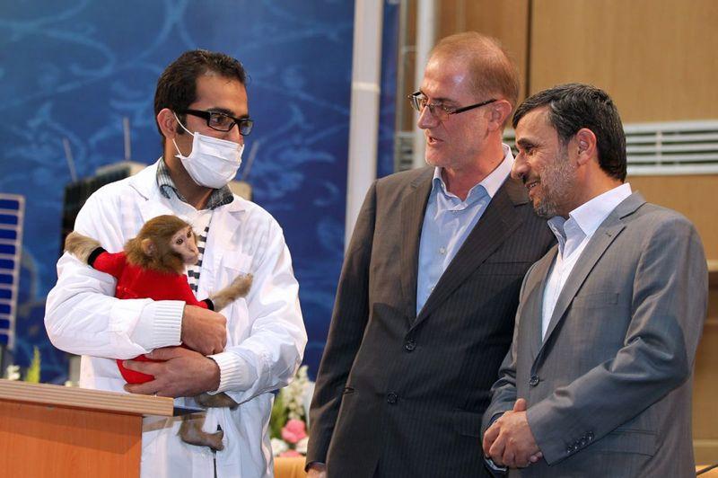 Premier? Après avoir envoyé, il y a quelques jours, un singe à bord d'une capsule dans l'espace, à 120 km d'altitude, et surtout l'avoir récupéré vivant, la République islamique ne compte pas s'arrêter là. Ce lundi, le président Mahmoud Ahmadinejad s'est dit prêt «à être le premier homme envoyé dans l'espace» par les savants iraniens dans le cadre de l'ambitieux programme national qui affirme vouloir réaliser un vol spatial humain d'ici 2020. Il a ajouté qu'il était même prêt à se «mettre aux enchères et reverser» les sommes récoltées au budget du programme spatial iranien.
