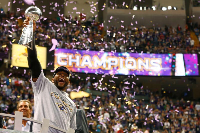 Champions. Ils ont eu chaud! Les Ravens de Baltimore ont remporté la 47e édition du Super Bowl, la grande finale de la Ligue de football américain (NFL) aux Etats-Unis, en battant les 49ers de San Francisco 34 à 31, dimanche dans le stade couvert de La Nouvelle-Orléans. Grâce à cette victoire, les Ravens remportent le deuxième Super Bowl de leur histoire. Ray Lewis, qui disputait son dernier match en carrière, peut se retirer la tête haute après 17 saisons dans la NFL.