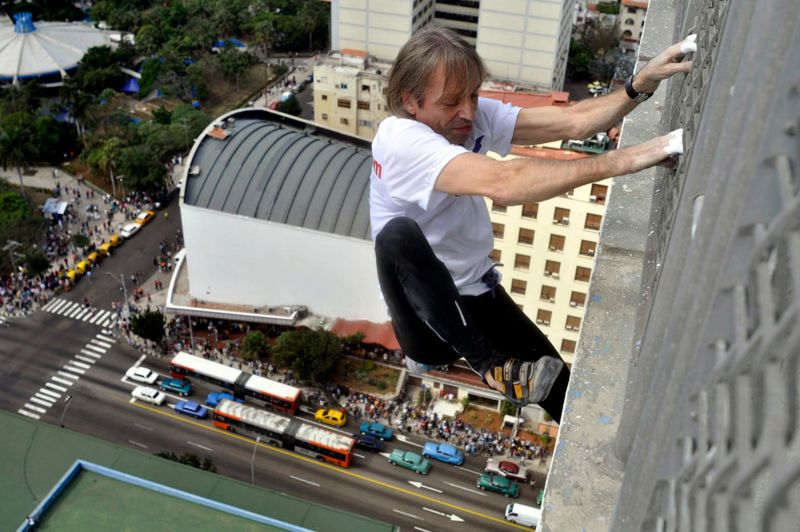Nouvel exploit. L'homme-araignée n'avait jamais escaladé à Cuba. C'est maintenant chose faite. Ce lundi, sans aucun matériel, Alain Robert a gravi la façade de l'emblématique hôtel de La Havane «Habana Libre» sous les yeux de centaines de spectateurs. Le «Spiderman français» a commencé son escalade du 4e étage de l'hôtel, pour atteindre 28 minutes plus tard le 26e étage de cet immeuble de 70 mètres de haut. Il s'agissait d'un hommage à Fidel Castro car c'est dans cet hôtel que le père de la révolution cubaine, aujourd'hui âgé de 86 ans, avait élu domicile pendant plusieurs mois en 1959 après avoir renversé le régime de Fulgencio Batista.