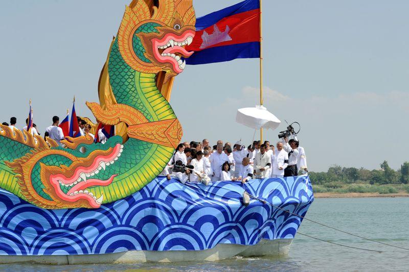 Dispersées. Une partie des cendres de l'ancien roi du Cambodge Norodom Sihanouk, incinéré la veille, ont été dispersées mardi dans la rivière qui traverse la capitale cambodgienne. De nombreux fidèles se sont rassemblés sur les quais pour cette ultime cérémonie. Puis, une barque richement décorée a emporté les restes du bûcher pour les déverser à la confluence des rivières Tonlé Sap et Tonlé Bassac, et du fleuve Mékong.