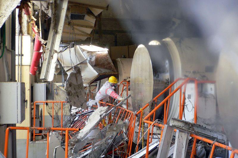 Les techniciens de Tepco et les pompiers travaillent au milieu des décombres, moins de trois jours après la catastrophe. Photo prise le 17 mars 2011.