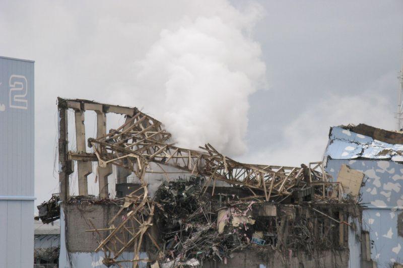 Le réacteur 3, au lendemain de l'explosion de la structure, le 14 mars à 11h01. L'explosion a été provoquée par l'hydrogène volontairement rejeté dans l'atmosphère pour faire baisser la pression.