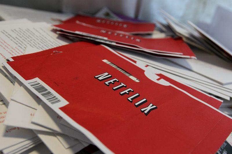Le site web américain Netflix , fondé en 1997, propose aux internautes la lecture de films en flux continu, ainsi que de la location de films. En 2011, le service compte plus de 23 millions d'abonnés. Le site, qui dispose d'une collection de 100.000 titres, a dégagé 1,6 milliard d'euros de chiffre d'affaires en 2012.