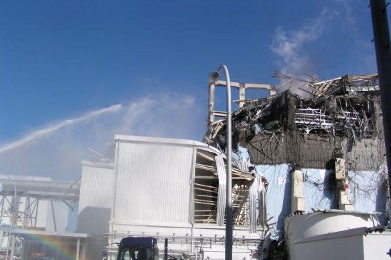 Priorité numéro 1 après la catastrophe: rétablir l'alimentation électrique, pour alimenter les pompes à eau chargées de refroidir les réacteurs.