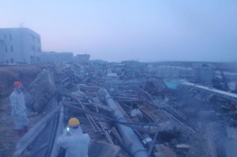 La plupart des clichés montrent les abords dévastés de la centrale, encombrée de ferrailles et de canalisations détruites. Photo prise le 29 mars 2011