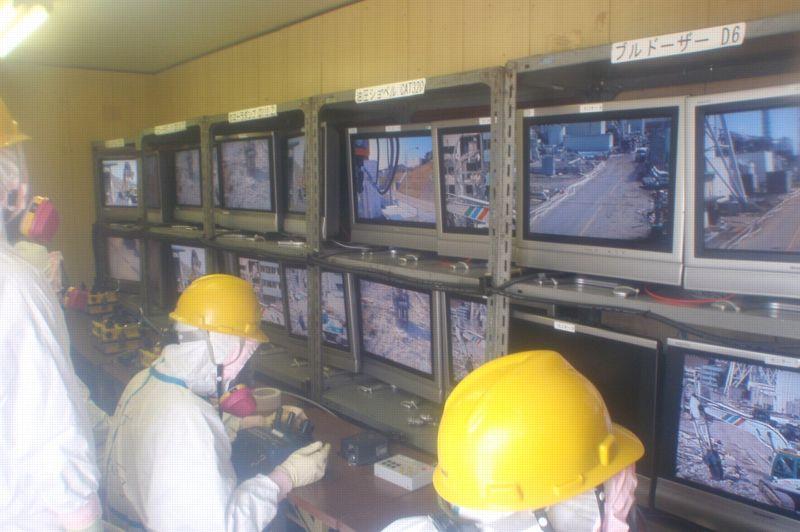 Des robots pilotés à distance permettent de récupérer les débris irradiés projetés pendant les explosions. C'est la première phase d'un démantèlement qui devrait durer plus de 40 ans. Photo du 10 avril 2011.