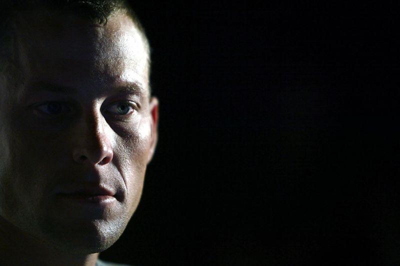 D'après Forbes, Armstrong avait réussi à maintenir une image décente aux États-Unis durant ces derniers mois, malgré la perte de ses titres et sa suspension à vie pour dopage, à l'issue d'une enquête de l'Agence américaine antidopage (Usada). Mais ses aveux télévisés, mi-janvier devant la caméra d'Oprah Winfrey, l'ont fait plonger: il n'est pas apparu sincère auprès du public.