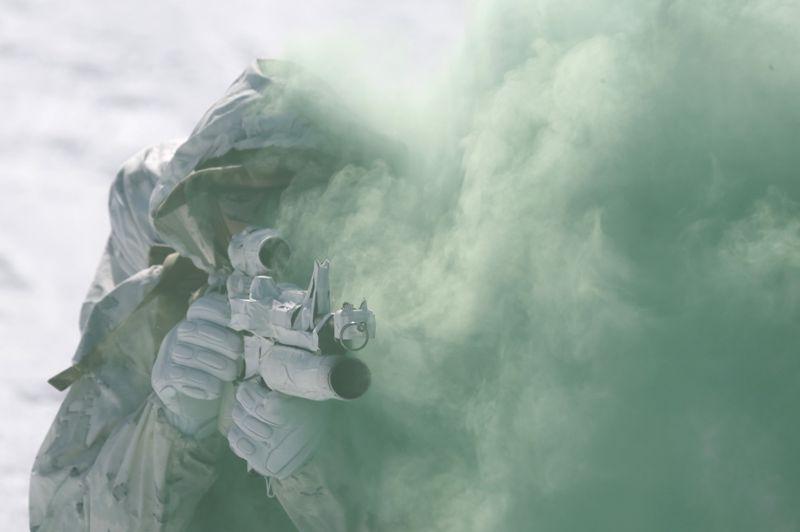 Un Marine de l'armée américaine s'exerce au tir dans des conditions de visibilité réduite.
