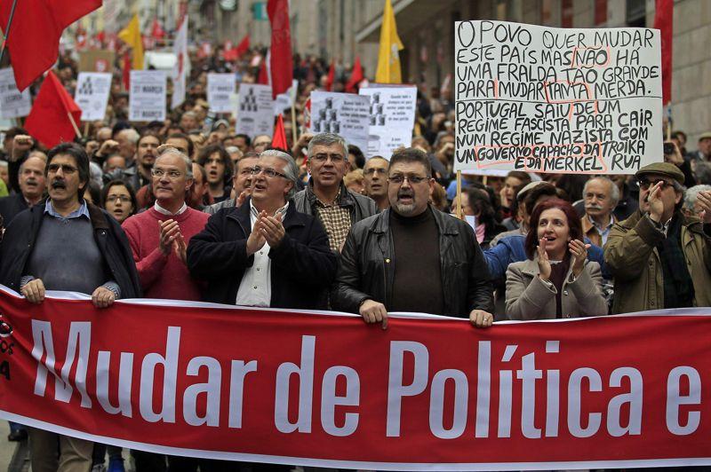 «Nos sacrifices tombent dans les poches des voleurs: les banquiers et les politiciens», clamaient des pancartes portées par les manifestants qui agitaient les drapeaux rouges de leur syndicat.