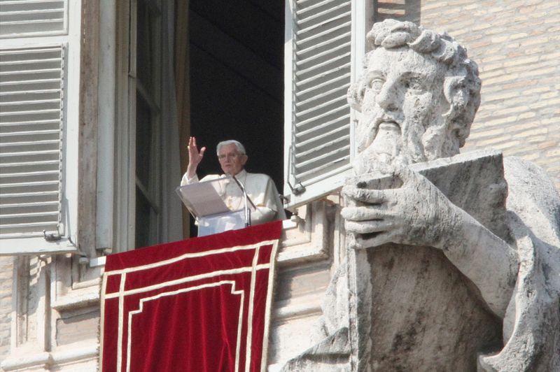 Acclamé. «Benedetto!» a crié la foule ce dimanche à midi en voyant apparaître le pape à la fenêtre de ses appartements, au troisième étage du palais pontifical. Devant des dizaines de milliers de fidèles rassemblés place Saint-Pierre, le souverain pontife a appelé l'Eglise et tous ses membres à «se renouveler» et à «se réorienter vers Dieu en reniant l'orgueil et l'égoïsme». Il s'exprimait lors de l'avant-dernier Angélus précédant sa démission, prévue le 28 février.
