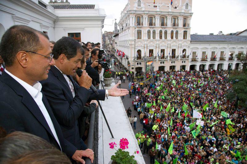 Et de trois. Le président équatorien Rafael Correa a été réélu ce dimanche avec 56,7 % des suffrages, selon les résultats officiels et encore provisoires. Elu en 2006 et réélu en 2008, cet économiste de 49 ans a battu un record de longévité dans ce pays de 15 millions d'habitants. «Merci pour cette confiance. Nous ne vous décevrons jamais, cette victoire est la vôtre», a-t-il lancé depuis le balcon du palais présidentiel de Quito, devant des milliers de partisans en liesse.